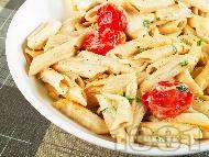 Паста с чери домати, чесън, зехтин и сирена моцарела и пармезан